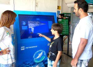 Por meio de texto, imagem e vídeo, o equipamento interativo informa sobre os hábitos de diversas espécies marinhas, entre elas, o golfinho-rotador (Foto/Divulgação)