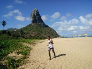 O atleta Ademir Ventura durante trecho da 21k Noronha na Praia da Conceição